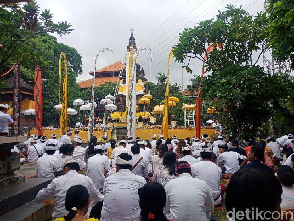Umat Hindu Rayakan Galungan di Pura Aditya Jaya