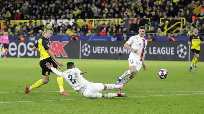 Dortmunds Erling Braut Haaland, left, scores his sides second goal during the Champions League round of 16 first leg soccer match between Borussia Dortmund and Paris Saint Germain in Dortmund, Germany, Tuesday, Feb. 18, 2020. (AP Photo/Michael Probst)