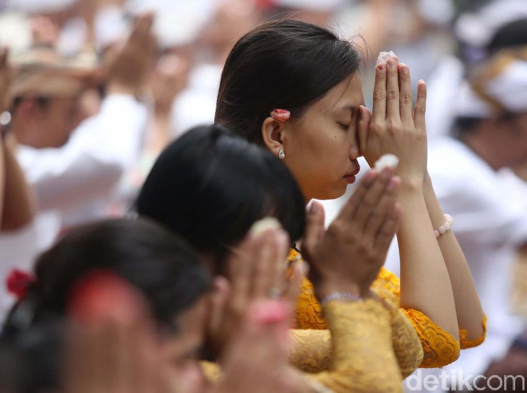 Khidmat, Begini Suasana Galungan di Pura Aditya Jaya