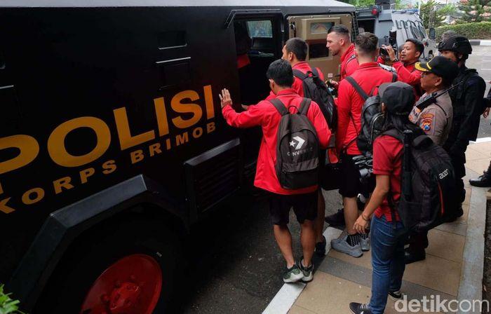 Para pemain Persija Jakarta diantar ke stadion Gelora Delta Sidoarjo dengan menaiki barracuda. Begini momennya.