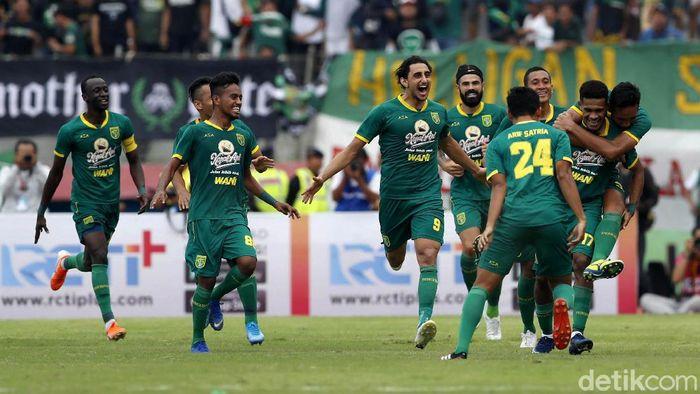 Persebaya Surabaya memastikan meraih gelar Piala Gubernur Jatim 2020. Di partai final, mereka mengalahkan Persija Jakarta yang bermain dengan 10 pemain 4-1.