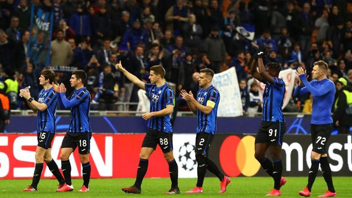 MILAN, ITALY - FEBRUARY 19:  The players of the Atalanta celebrate a victory at the end of the UEFA Champions League round of 16 first leg match between Atalanta and Valencia CF at San Siro Stadium on February 19, 2020 in Milan, Italy.  (Photo by Marco Luzzani/Getty Images)
