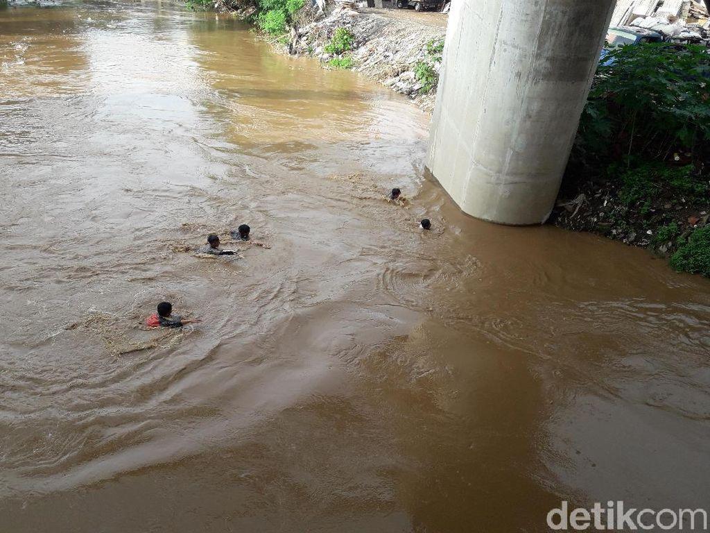Suasana Banjir, Anak-anak Rawajati Berenang di Ciliwung yang Meluap