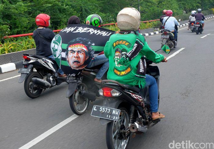 Bonek berdatangan ke Stadion Gelora Delta Sidoarjo untuk menonton langsung laga Final Piala Gubernur Jatim. Mereka datang dengan membawa atribut Persebaya.