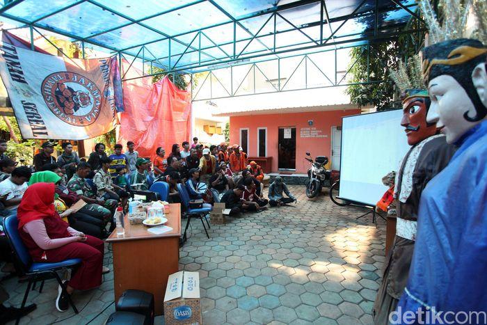Jakmania tidak diperbolehkan menonton laga Final Piala Gubernur Jatim 2020 di Stadion Gelora Delta Sidoarjo, Kamis (20/2). Mereka pun memilih nobar di Kantor Kelurahan Tanah Sereal.