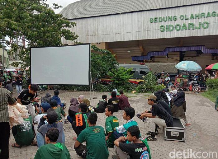 Suporter Persebaya memadati Stadion Gelora Deltra Sidoarjo untuk menonton Final Piala Gubernur Jatim 2020 antara Persebaya melawan Persija, Kamis (20/2).