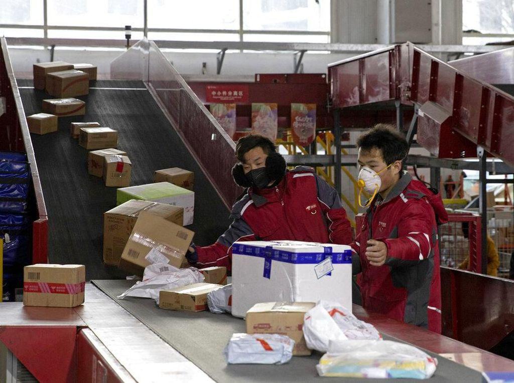 Intip Aktivitas Kurir Paket China yang Tetap Sibuk di Tengah Wabah Corona