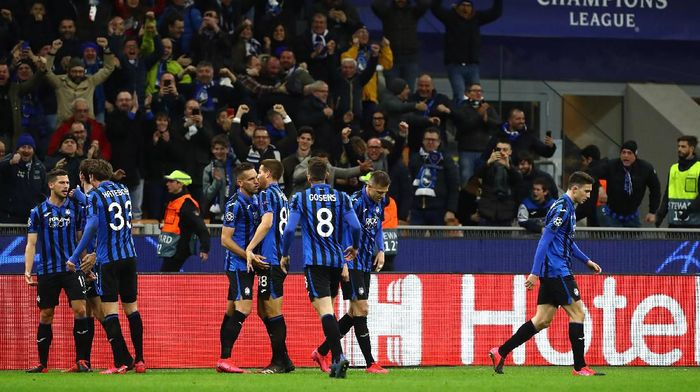 MILAN, ITALY - FEBRUARY 19: Remo Freuler (L) of Atalanta celebrates his goal with his team-mate during the UEFA Champions League round of 16 first leg match between Atalanta and Valencia CF at San Siro Stadium on February 19, 2020 in Milan, Italy. (Photo by Marco Luzzani/Getty Images)/
