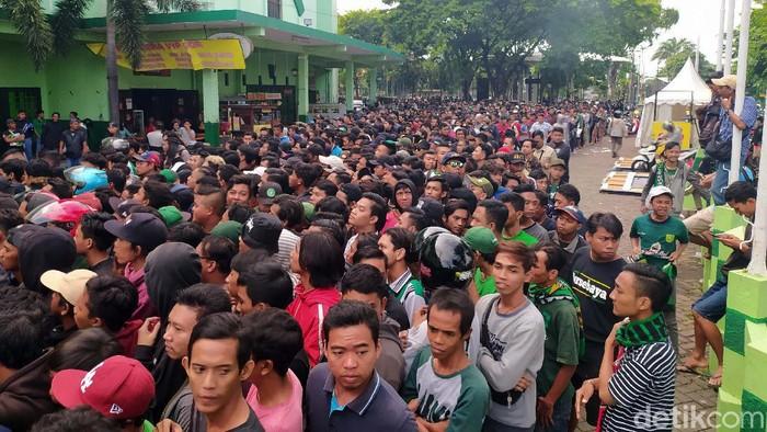 Final Piala Gubernur Jatim akan digelar di Stadion Gelora Delta Sidoarjo sore nanti. Ribuan Bonek telah antri demi membeli tiket pertandingan.