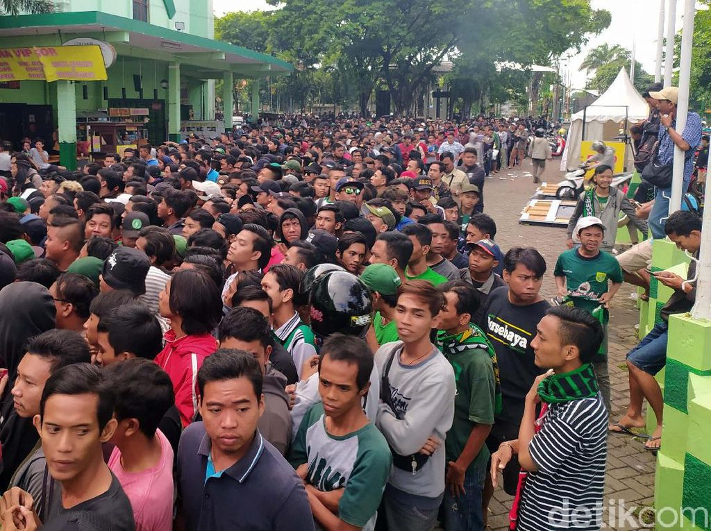 Perjuangan Bonek Berburu Tiket Laga Final Piala Gubernur Jatim 2020
