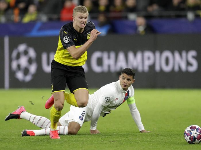 Dortmunds Erling Braut Haaland, left, duels for the ball with PSGs Thiago Silva during the Champions League round of 16 first leg soccer match between Borussia Dortmund and Paris Saint Germain in Dortmund, Germany, Tuesday, Feb. 18, 2020. (AP Photo/Michael Probst)