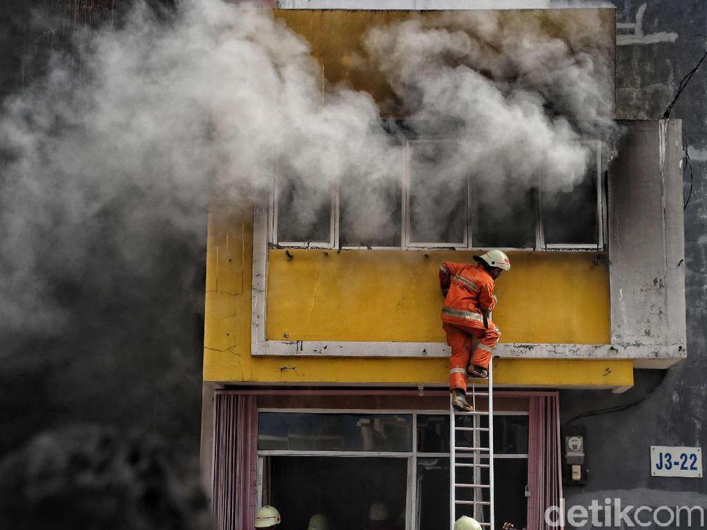 Perjuangan Petugas Damkar Padamkan Api di Kawasan Cakung