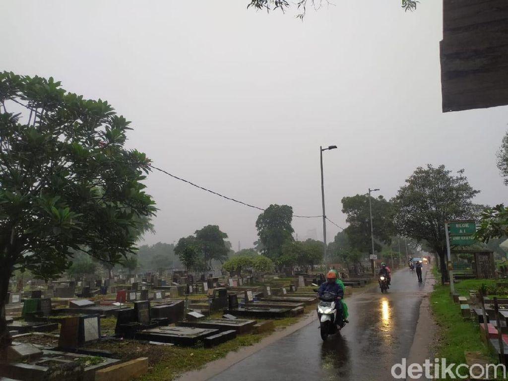 Kelakuan Pemotor Terabas Kuburan Hindari Kemacetan