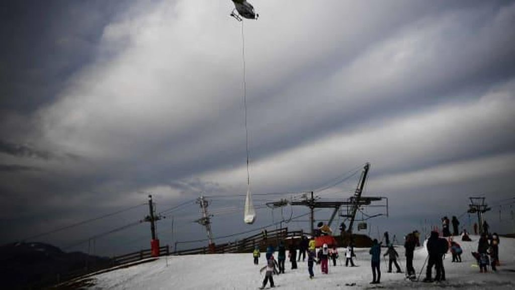 Momen Resor Ski Eropa Gotong Salju dari Pucuk Gunung