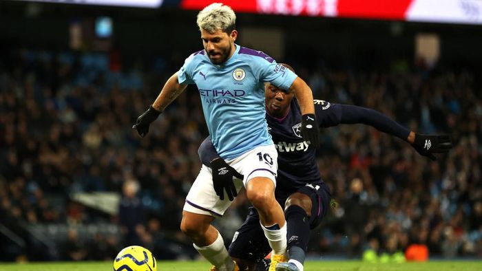 MANCHESTER, ENGLAND - FEBRUARY 19: Sergio Aguero of Manchester City and Angelo Ogbonna of West Ham United  during the Premier League match between Manchester City and West Ham United at Etihad Stadium on February 19, 2020 in Manchester, United Kingdom. (Photo by Clive Brunskill/Getty Images)