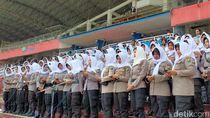 Suporter Bonek dan Polisi Kumandangkan Selawat Jelang Pertandingan