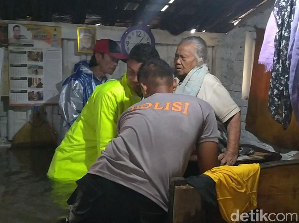 Evakuasi Dramatis Nenek 90 Tahun yang Terkepung Banjir di Pekalongan