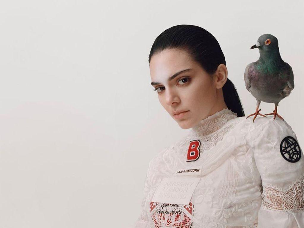 Kendall Jenner Foto Pemotretan Unik, Netizen Indonesia Bilang Mirip Kunti