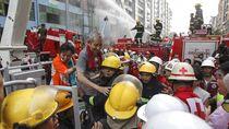 Aksi Petugas Damkar Evakuasi Korban Kebakaran di Myanmar