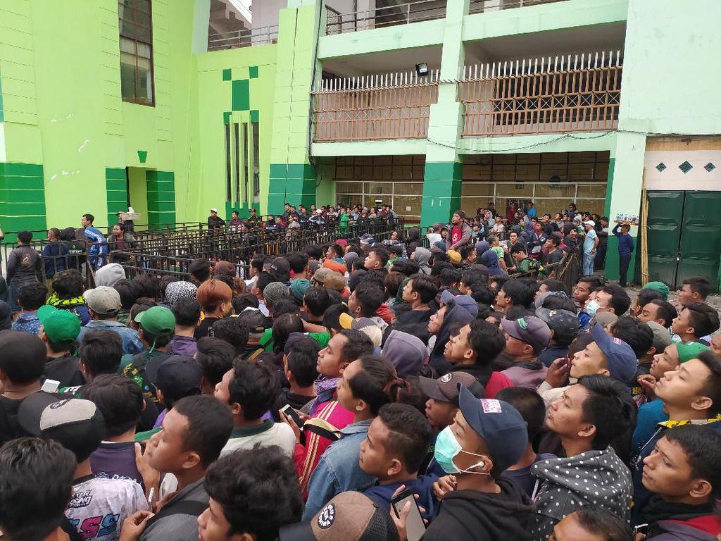Ribuan Suporter Antre Tiket Laga Persebaya vs Persija Final Piala Gubernur Jatim