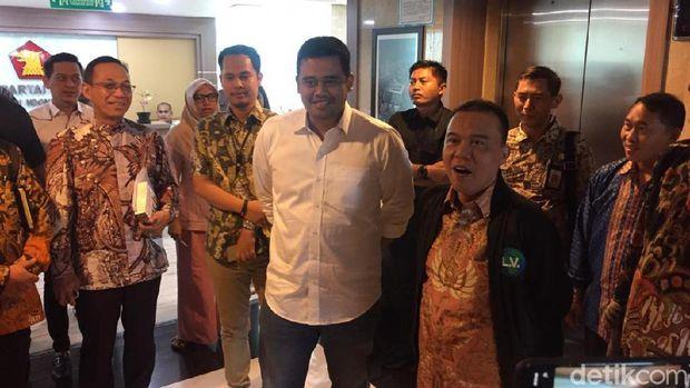 Bobby Nasution bersama Wakil Ketua DPR dari Fraksi Gerindra, Sufmi Dasco Ahmad usai pertemuan di ruang Fraksi Gerindra.