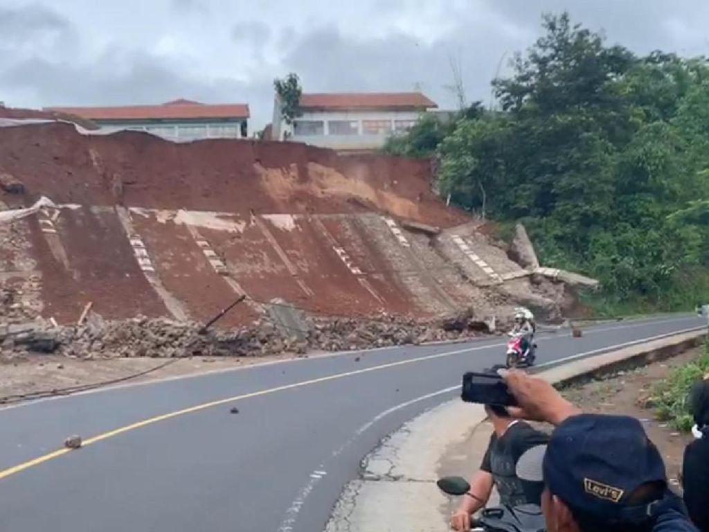 Detik-detik Tebing Longsor di Garut, Nyaris Timpa Kendaraan