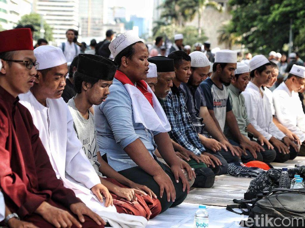 Massa Aksi 212 Salat Asar Berjamaah, Pedagang Tikar Laku Keras?