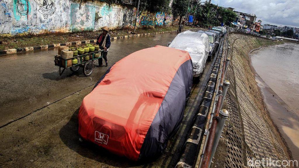 Duh, Jalan Inspeksi Kali CIliwung Jadi Parkir Liar