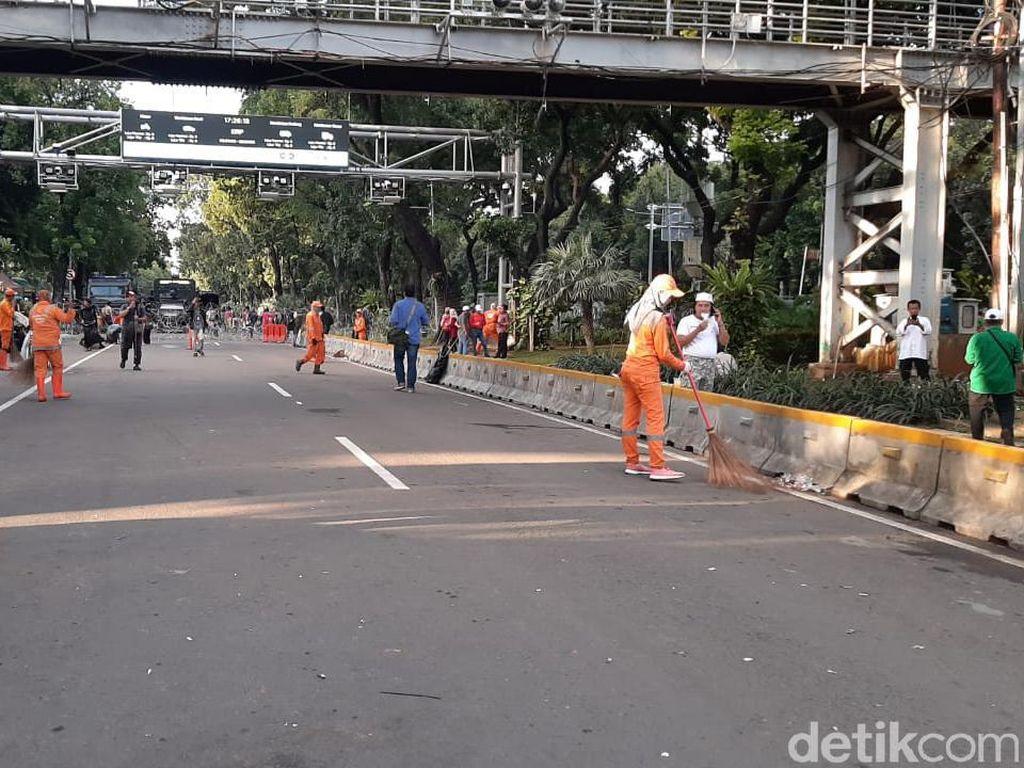 Massa Aksi 212 Bubar, Pasukan Oranye Mulai Bersihkan Jalan