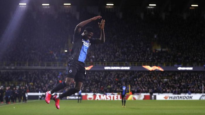Club Brugges Nigerian forward Dennis Emmanuel Bonaventure celebrates scoring his teams first goal, during the UEFA Europa League round of 32 first leg, football match between Club Brugges and Manchester United, at the Jan Breydel Stadium in Bruges on February 20, 2020. (Photo by Adrian DENNIS / AFP)