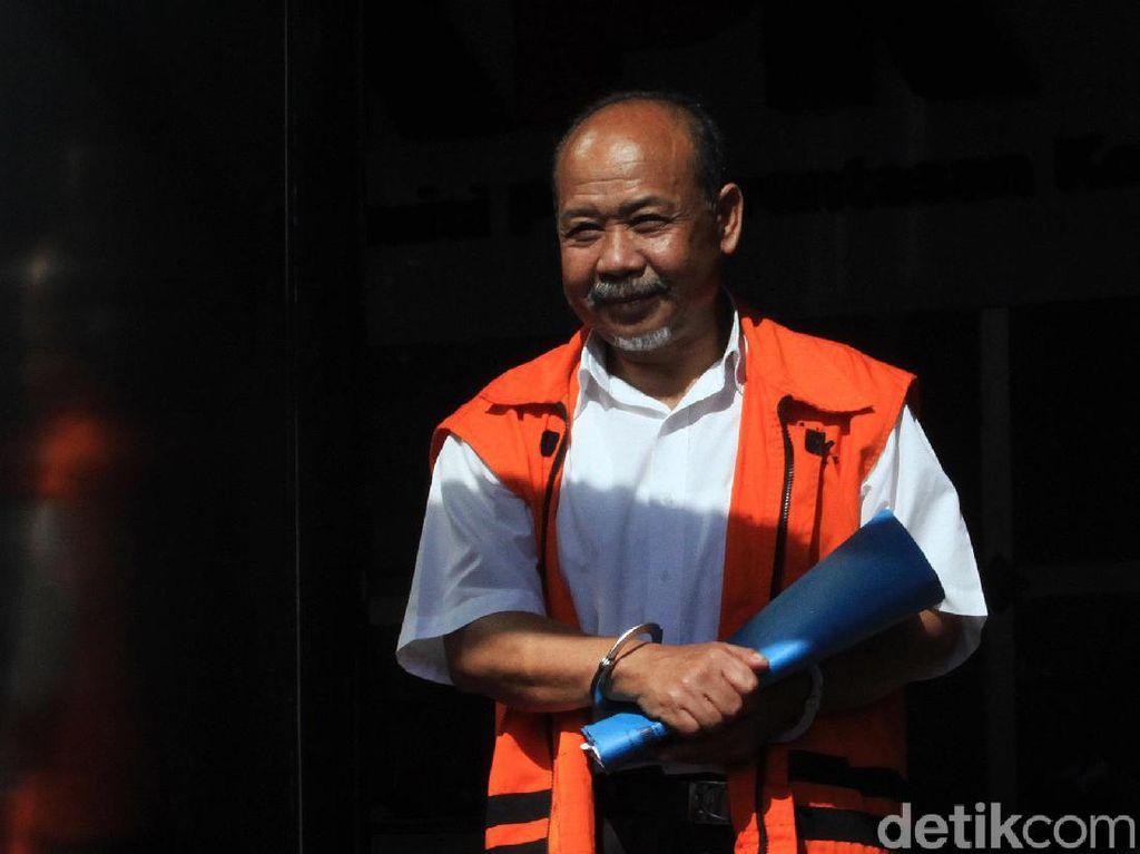 Eks Anggota DPRD Bandung Umbar Senyuman Saat Diperiksa KPK