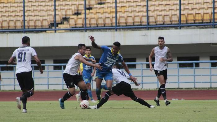 Persib Bandung gagal meraih kemenangan saat menjamu Tira Persikabo dalam laga ujicoba. Skor akhir adalah 0-0.