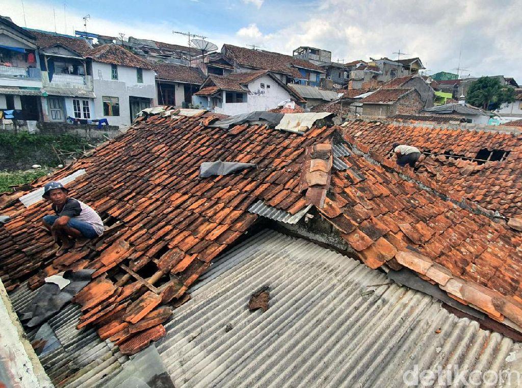 Puting Beliung Terjang Sukabumi, Genting Rumah Warga Beterbangan