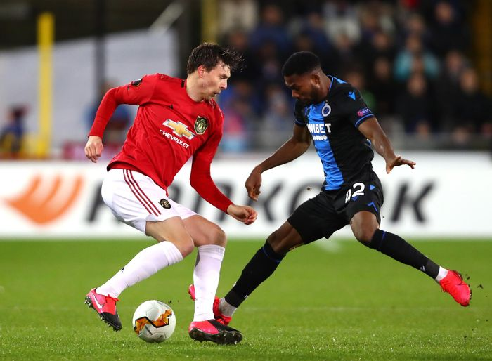 BRUGGE, BELGIUM - FEBRUARY 20:  Victor Lindelof of Manchester United is challenged by Emmanuel Dennis of Club Brugge during the UEFA Europa League round of 32 first leg match between Club Brugge and Manchester United at Jan Breydel Stadium on February 20, 2020 in Brugge, Belgium. (Photo by Dean Mouhtaropoulos/Getty Images)