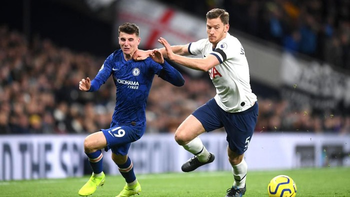 LONDON, ENGLAND - DECEMBER 22: Mason Mount of Chelsea and Jan Vertonghen of Tottenham Hotspur clash  during the Premier League match between Tottenham Hotspur and Chelsea FC at Tottenham Hotspur Stadium on December 22, 2019 in London, United Kingdom. (Photo by Michael Regan/Getty Images)