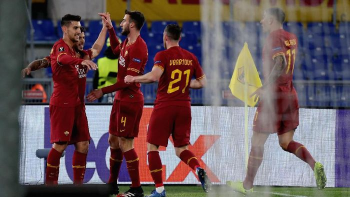 ROME, ITALY - FEBRUARY 20:  Carles Perez with his teammates of AS Roma celebrates after scoring the opening goal during the UEFA Europa League round of 32 first leg match between AS Roma and KAA Gent at Stadio Olimpico on February 20, 2020 in Rome, Italy.  (Photo by Paolo Bruno/Getty Images)