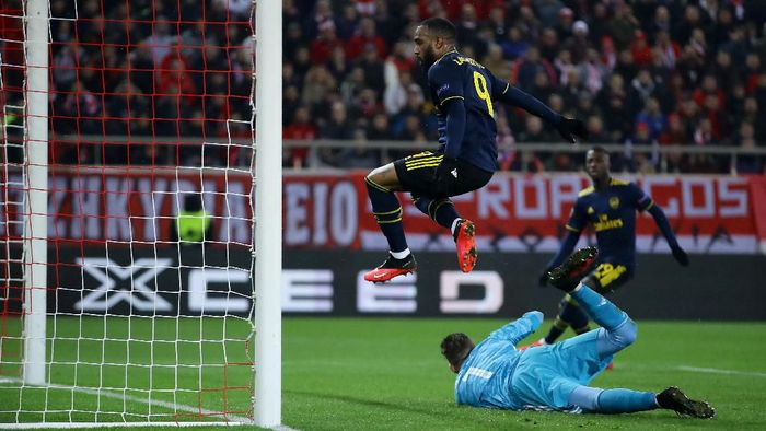 PIRAEUS, GREECE - FEBRUARY 20: Alexandre Lacazette of Arsenal scores his teams first goal during the UEFA Europa League round of 32 first leg match between Olympiacos FC and Arsenal FC at Karaiskakis Stadium on February 20, 2020 in Piraeus, Greece. (Photo by Richard Heathcote/Getty Images)