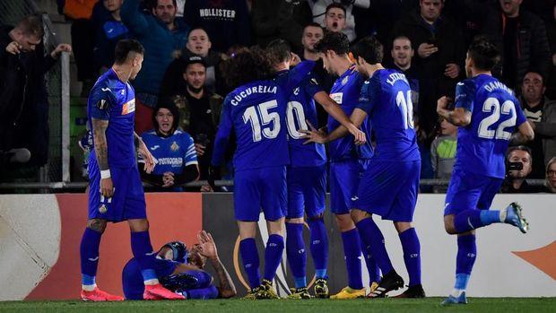 Deyverson terjatuh saat sedang merayakan golnya ke gawang Ajax.