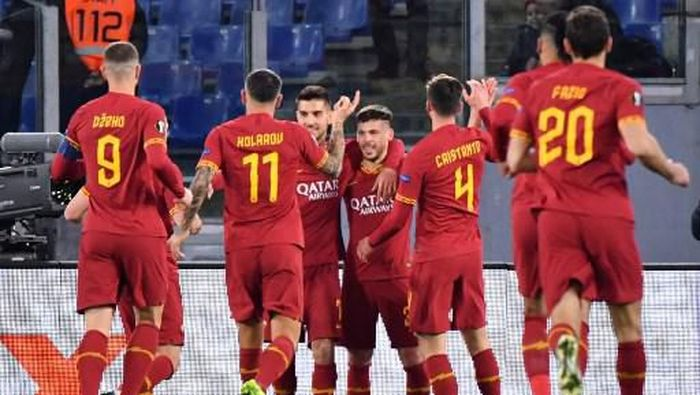 As Romas Spanish forward Carles Peres (C) celebrates after scoring a goal during the UEFA Europa League round of 32 first leg football match between AS Roma and KAA Gent on February 20, 2020 at the Olympic stadium in Rome. (Photo by Alberto PIZZOLI / AFP)