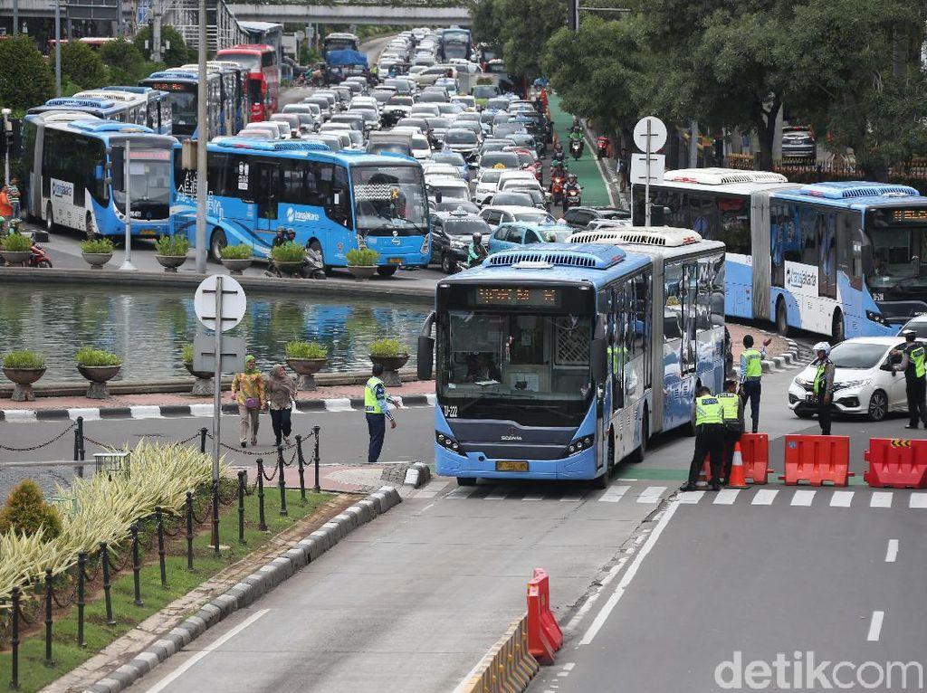 DKI Jakarta Terapkan PSBB, Ini Rute dan Aturan Naik Transjakarta