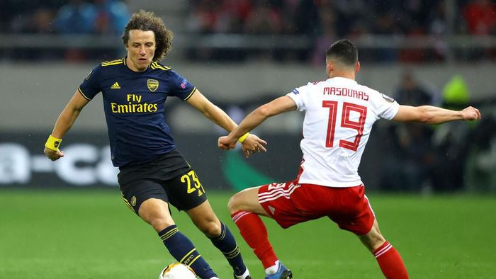 PIRAEUS, GREECE - FEBRUARY 20: David Luiz of Arsenal takes on Giorgos Masouras of Olympiacos FC during the UEFA Europa League round of 32 first leg match between Olympiacos FC and Arsenal FC at Karaiskakis Stadium on February 20, 2020 in Piraeus, Greece. (Photo by Richard Heathcote/Getty Images)