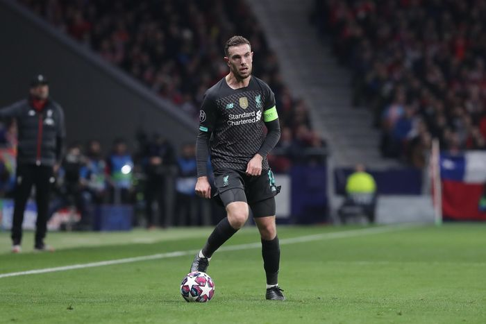 MADRID, SPAIN - FEBRUARY 18: Jordan Henderson of Liverpool FC controls the ball during the UEFA Champions League round of 16 first leg match between Atletico Madrid and Liverpool FC at Wanda Metropolitano on February 18, 2020 in Madrid, Spain. (Photo by Gonzalo Arroyo Moreno/Getty Images)