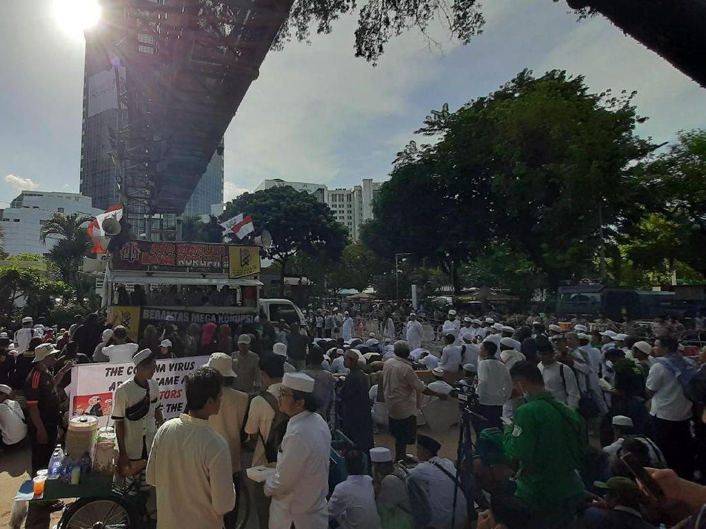 Massa Aksi 212 Salat Asar Berjemaah di Sekitar Patung Kuda