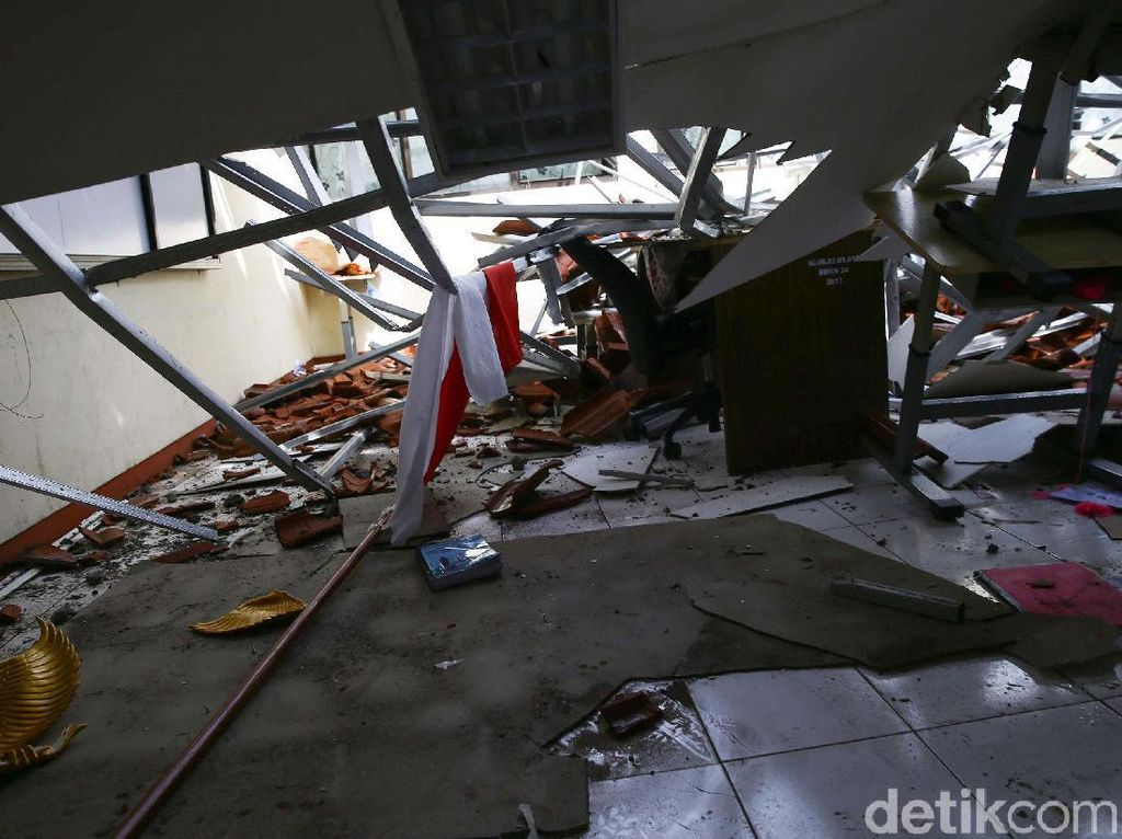 Potret Atap SMKN 24 Jakarta yang Roboh