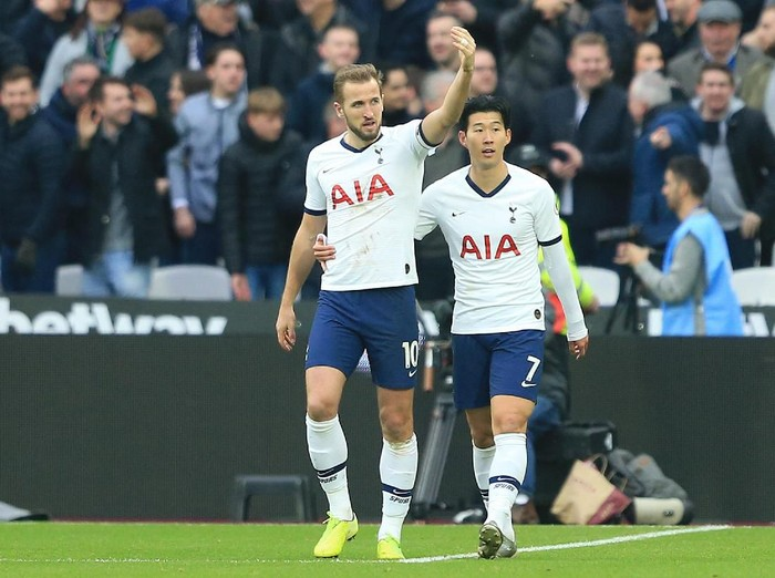 LONDON, ENGLAND - NOVEMBER 23: Harry Kane of Tottenham Hotspur celebrates with Heung-Min Son of Tottenham Hotspur after scoring his teams third goal  during the Premier League match between West Ham United and Tottenham Hotspur at London Stadium on November 23, 2019 in London, United Kingdom. (Photo by Stephen Pond/Getty Images)