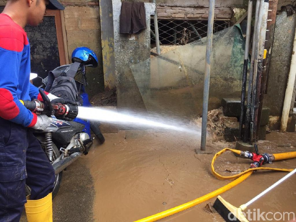 Banjir di Rawajati Surut, Petugas Bersihkan Lumpur-Buka Akses Jalan Warga