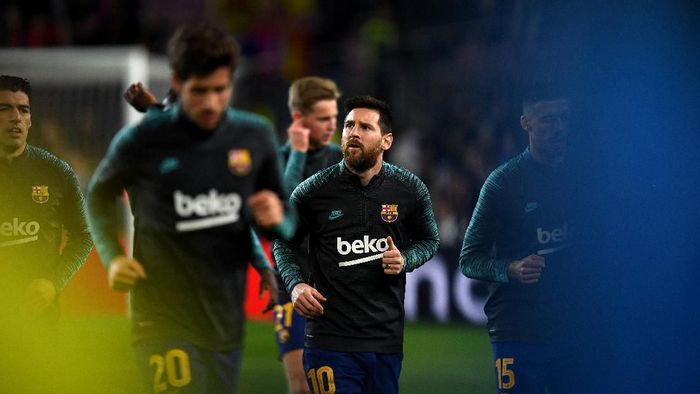 BARCELONA, SPAIN - NOVEMBER 27: Lionel Messi of FC Barcelona looks on prior to the UEFA Champions League group F match between FC Barcelona and Borussia Dortmund at Camp Nou on November 27, 2019 in Barcelona, Spain. (Photo by David Ramos/Getty Images)