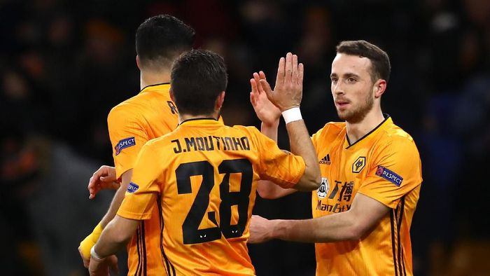 WOLVERHAMPTON, ENGLAND - FEBRUARY 20:  Diogo Jota of Wolverhampton Wanderers celebrates with teammates Raul Jimenez  and Joao Moutinho of Wolverhampton Wanderers after scoring his teams first goal during the UEFA Europa League round of 32 first leg match between Wolverhampton Wanderers and Espanyol Barcelona at Molineux on February 20, 2020 in Wolverhampton, United Kingdom. (Photo by Michael Steele/Getty Images)