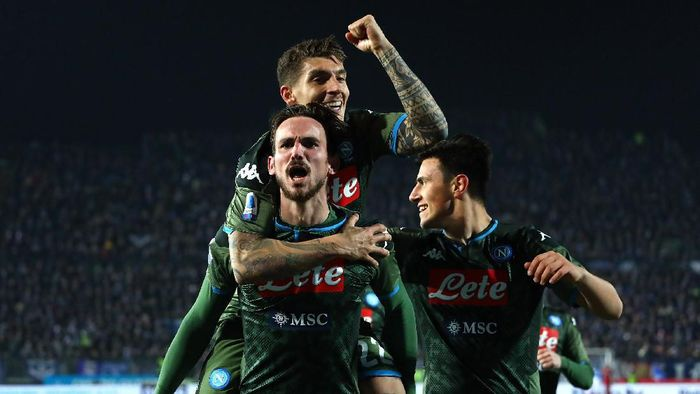 BRESCIA, ITALY - FEBRUARY 21:  Fabian Ruiz of SSC Napoli celebrates after scoring the second goal of his team with team-mates during the Serie A match between Brescia Calcio and SSC Napoli at Stadio Mario Rigamonti on February 21, 2020 in Brescia, Italy.  (Photo by Marco Luzzani/Getty Images)