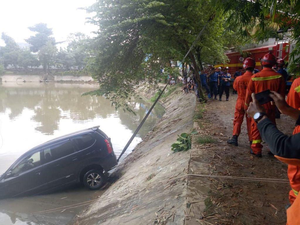 Sopir Kurang Hati-hati Saat Parkir, Mobil Nyebur ke Setu Mangga Bolong